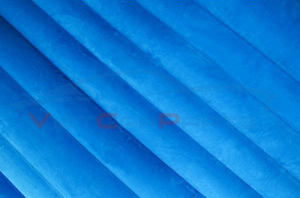 Mặt nệm hơi bằng nhung kết hợp với thiết kế nén sóng giúp cố định tốt hơn và độ ổn định cao
