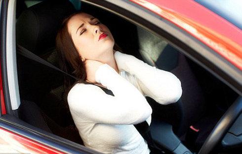 Ngồi ô tô nhiều bạn sẽ bị đau mỏi vai gáy và đau cột sống nếu không ngồi đúng cách